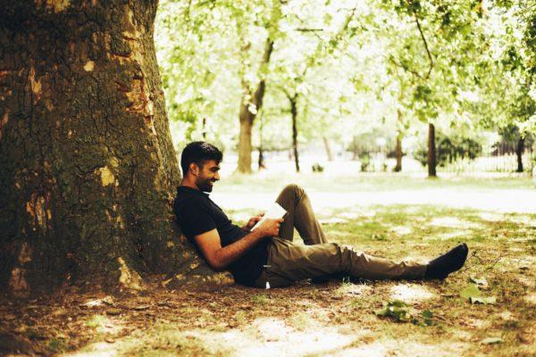 lee un libro para relajarte en el patio de nuestro spa